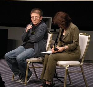 左側:チャン・リュル監督
