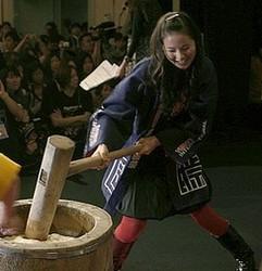 ゆうばり映画祭恒例の餅つきで杵をふるう小西真奈美さん