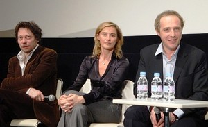左からマチュー・アマルリック、アンヌ・コンシニ、アルノー・デプレシャン監督