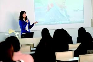 跡見学園女子大学 文学部現代文化表現学科 要 真理子准教授 授業風景