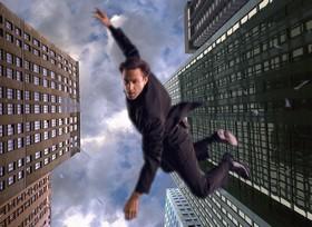 ダーウィン・アワード(強化ガラスであることを証明しようとして窓ガラスに体当たりし、そのまま高層ビルから落下して絶命)