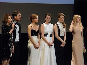 ソフィア・コッポラ監督(左)、エマ・ワトソン(左から3人目)